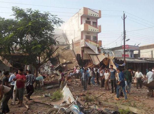 #UPDATE: 70 feared dead in cylinder blast in MP's Jhabua http://timesofindia.indiatimes.com/india/70-feared-dead-in-cylinder-blast-in-MPs-Jhabua/articleshow/48931728.cms…