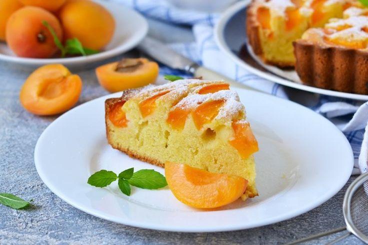 La torta allo yogurt e albicocche è un dolce perfetto per iniziare la giornata, per la merenda o per un piccolo peccato di gola. Ecco la ricetta