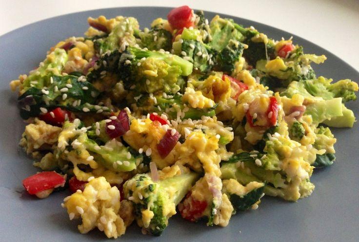 Scrambled frittata med broccoli og sesam    http://froekenfoodie.dk/scrambled-frittata-med-broccoli-og-sesam/
