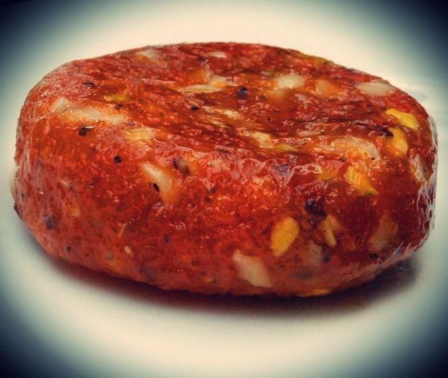 Παραδοσιακό έδεσμα όπου το σύκο ζυμώνεται με ούζο και μπαχαρικά. Θρεπτική και αρωματική, η συκομαϊδα μπορεί να συνοδεύσει άψογα το τσίπουρο, τη ρακί, τη γκράπα και όλων των ειδών τα τυριά.     Υλικά:  1/2 κιλό ξερά σύκα  100 ml. ούζο  100 ml. μούστο ή πετιμέζι  1/2 φλ.τσ. καρυδόψυ