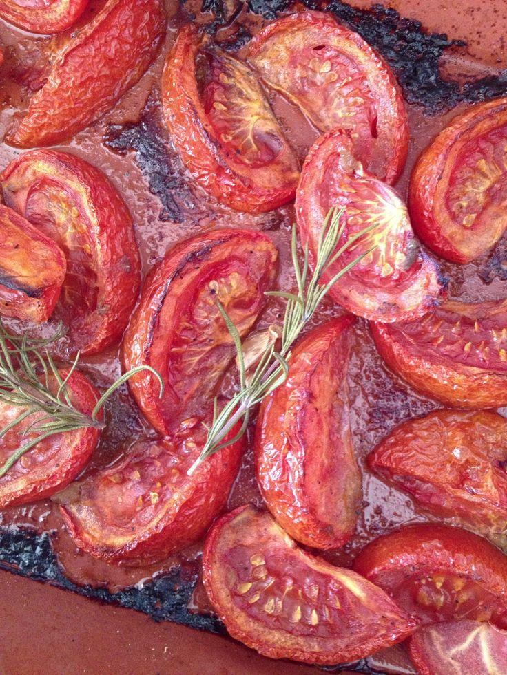 Lättrostade tomater: Dela tomater i 8 delar. Ha på olivolja, salt, peppar,socker och pressad vitlök. Kör i ugn ca 3-4 timmar på 150 grader.