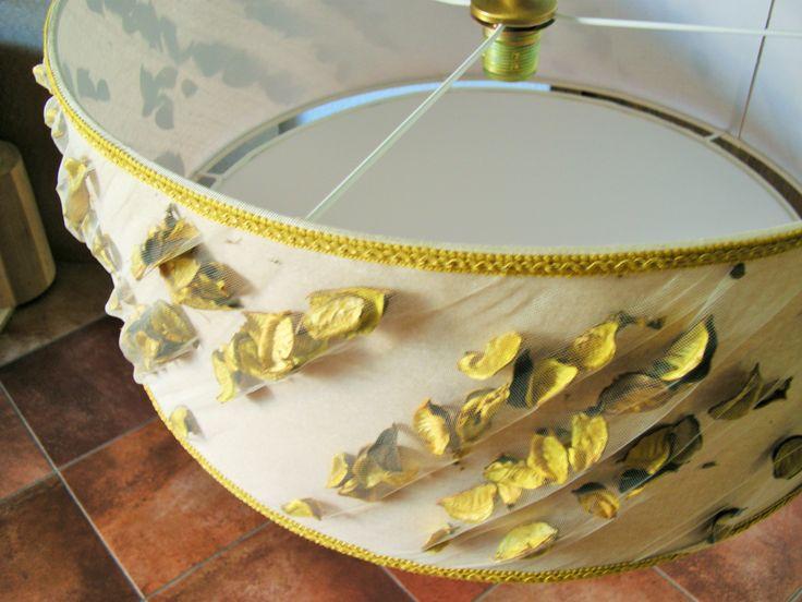 Paralume da sospensione realizzato con inserti di fiori secchi color senape.....personalizzabile nella forma, nei colori e nelle finiture....
