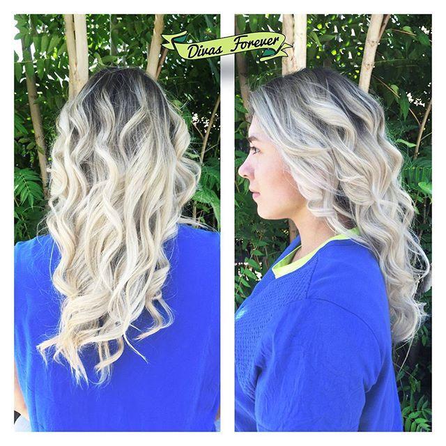 Al igual que nosotros, nuestra amiga @lahulka tiene un profundo amor por el decolorante  es por esto que nuestra experta en rubios @hey_musa78 le hizo este #totalbleach soñao, obvio que con #OLAPLEX ✨ #totalbleachchile #blackroots #blackroot #whitehair #bleach #ultrablond #ultrablonde #blonde #blondehair #olaplexlove #olaplexchile #olaplextratment #whitetoner #virginbleach #platinumblonde #whiteblondehair