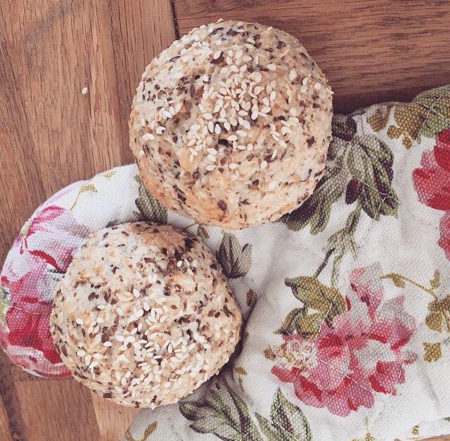 nyttigt bröd! 1,5 dl kvarg, 1 dl havregryn, 1 tsk bakpulver, 1 nypa salt, 1 msk linfrön. Blanda allt och forma till 2 frallor. In i ugnen på 200 grader i 20 min.