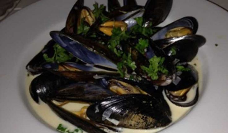 Moule marinières!!! Fantastiska vittvinskokta blåmusslor med vitlök och persilja. Portionerna är beräknade som om man serverar rätten som huvudrätt. Ska det vara förrätt räcker detta till 8 portioner.
