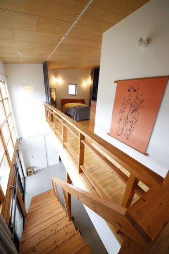 階段や手摺りには木を使い、あたたかなぬくもりが感じられる。大きなカーテンを引けば、夜は落ち着いた空間に変わる。