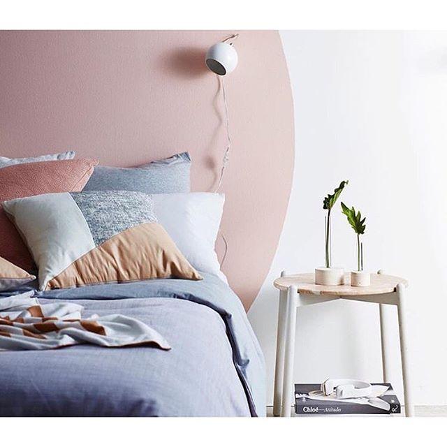 Une chambre avec un maxi rond rose peint comme tête de lit