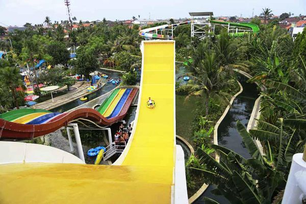 Circus Waterpark is a water park which visited by me when spend the holiday in Bali. Located in the center of city, about 13 km from Denpasar make access to this place easy to reach.