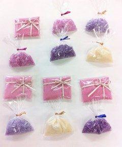 ちょっとプレゼント用に小分けのバスソルト  紫色はラベンダーマローブルー 黄色はカモミール ピンクはハイビスカス 青はマローブルー  のハーブティーの色です  香りもハーブティーに合わせて ラベンダーローズシトラス系のエッセンシャルオイルで  緑色はどうやって出せるかなあ  #手作りバスソルト#ハーブティーとエッセンシャルオイルでバスソルト#手作り#ちょっとプレゼント   tags[福岡県]