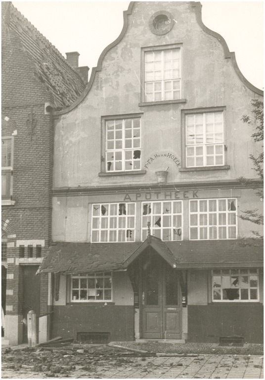 De Markt, gezien vanaf de Marktstraat. Het Huis met de Luts, het pand van apotheker van Hoeck, werd beschadigd bij het springen van de Veestraatbrug Fotoatelier Prinses # Kat, H. (fotograaf) - 1944