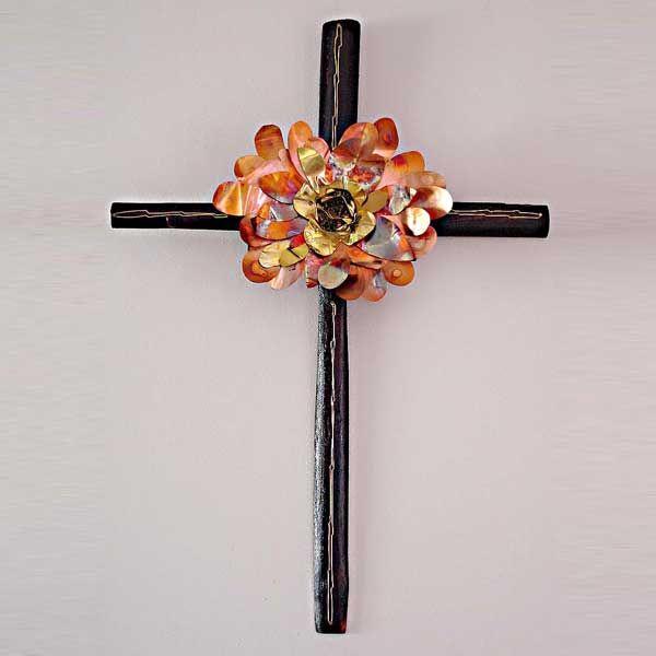 ξύλινος διακοσμητικός σταυρός με χάλκινο λουλούδι