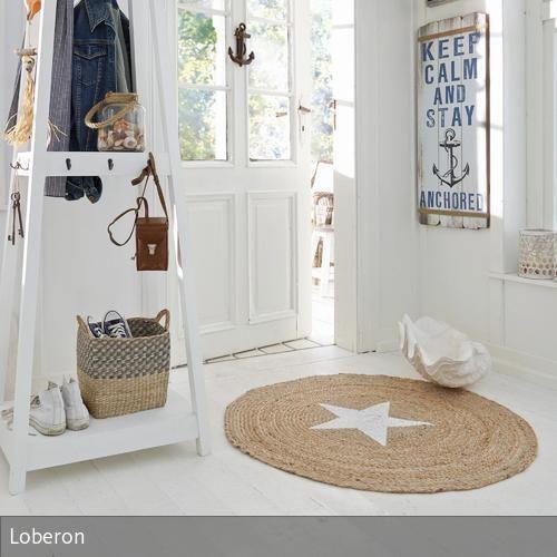 Da dieser Teppich in Handarbeit aus natürlicher Jute gearbeitet wird, ist jedes Exemplar ein Einzelstück. Schließlich entspricht keine Faser exakt der…