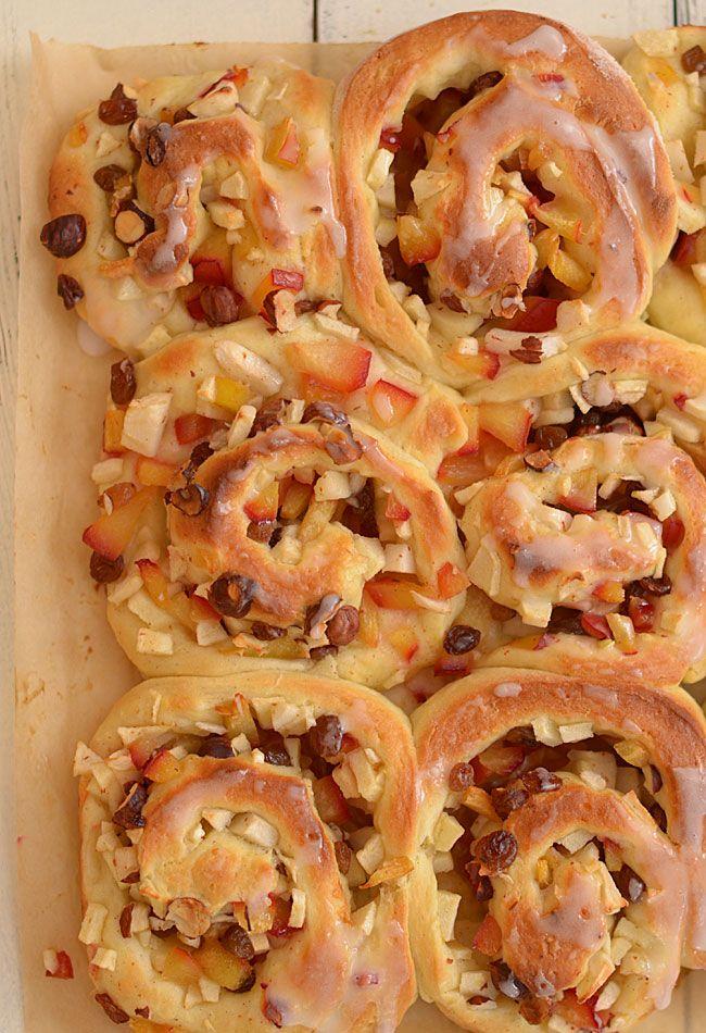 Drożdżowe ślimaczki z jabłkami, śliwkami, rodzynkami i orzechami (prawie bez wyrabiania)