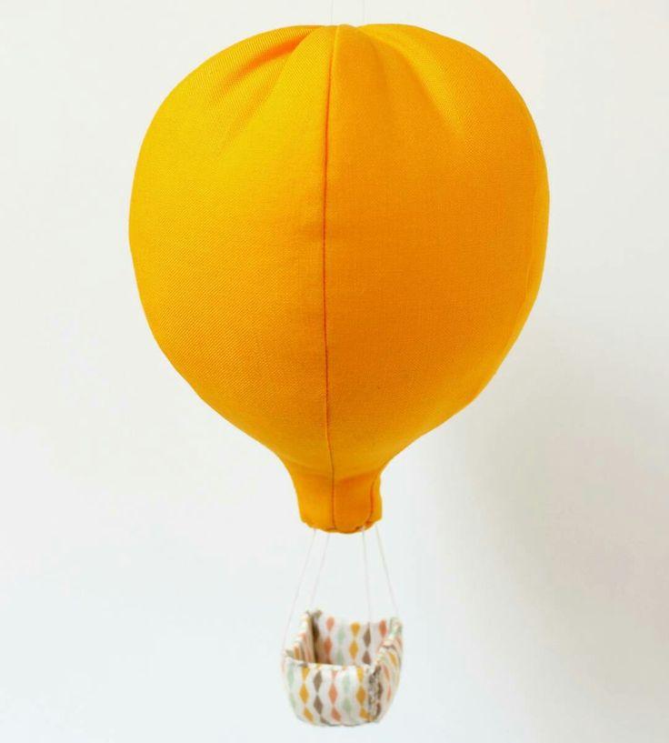 Mobile montgolfière jaune soleil  Déco pour chambre d'enfant par la marque Mininelle  Fait main, made in France