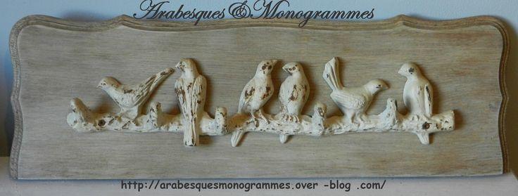patère murale, oiseaux en fer forgé blanchi vintage sur une plaque en chêne mouluré patinée : Décorations murales par arabesques-et-monogrammes