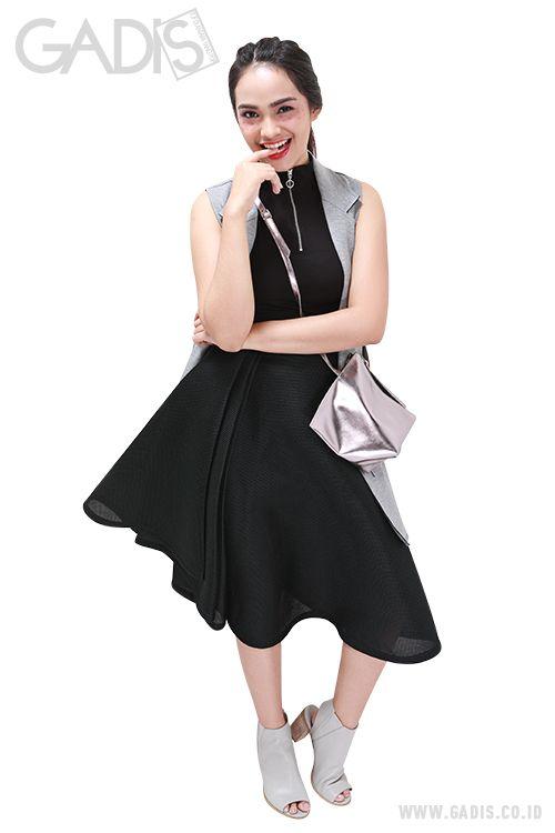 Potongan asimetris yang simpel dan modern pada outfit, bisa menjadi statement look kamu saat kencan sama pacar.