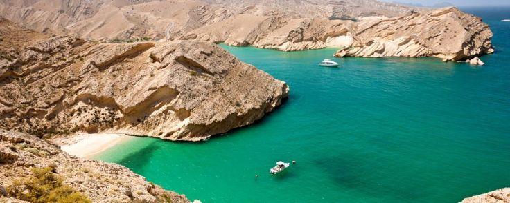 Omán 5 imprescindibles y 1 aventura en la Arabia más fascinante  Aguas de azul intenso mares de dunas doradas en desiertos infranqueables oasis de color turquesa viejos cañones a los que asomarse mientras se negocia la compra de una alfombra así es este lugar capaz de seducir a cualquiera.  Situado al suroeste de Asia y en la costa sureste de la península arábiga Omán cuenta con un pasado muy antiguo por cual sienten profundo orgullo. Su fuerte sentido de identidad y una gran prudencia en…