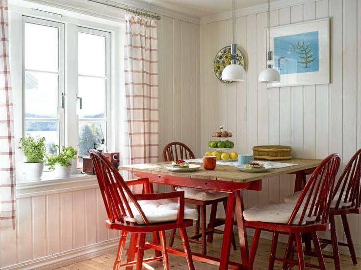 RØDT OG LANDLIG: Det lune og lyse kjøkkenet friskes opp av røde, spreke stoler.