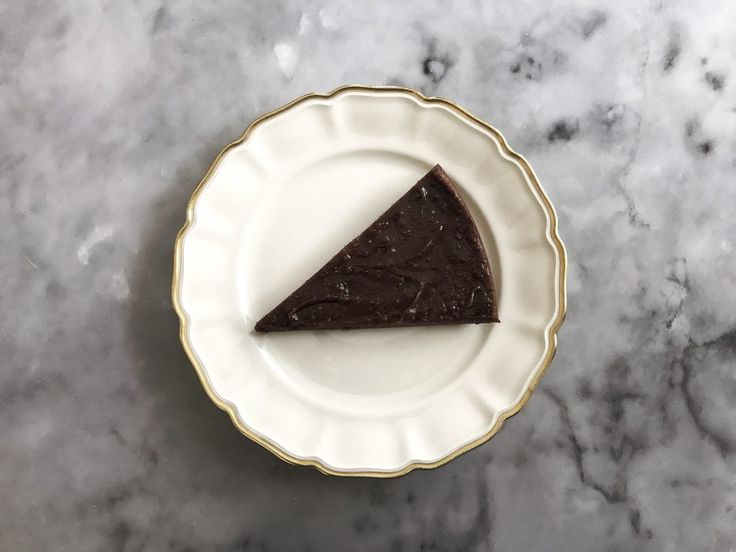 Vi gillar ju som bekant att snacka men i dag tänkte vi att bilderna får tala för sig själva. Varsågod, en stilstudie i det bästa vi vet: kladdkaka. Tarmflorans kladdkaka (tråkigt nog bara 1) 2 dl mandelmjöl 1 tsk bakpulver 1/2 dl riven kokos 10 färska dadlar 5 msk kakao 1/2 dl smält kokosolja 3 …