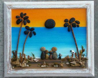 LIVRAISON GRATUITE  Cela sera fait sur commande sur une panneau de peint à la main.  Simple et beau petit galet couple assis sur un journal sous un arbre et un soleil flexion.  Tous les matériaux (brindilles, buissons, plantes du désert, journal) sont «réels», trouvé des articles.  Le cadre est peint à l'acrylique et légèrement vieilli. Il est «ouverte» et mesure 8,5 x 11 - prêt à accrocher sur un mur.  Merci beaucoup pour votre visite. S'il vous plaît message avec toutes les…