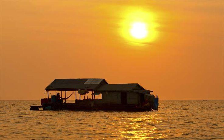 Sunset boven het Tonle Sap Meer in Centraal-Cambodja, een schitterend meer met vele drijvende dorpjes. Ontdek de mooiste reizen naar Cambodja op onze website!