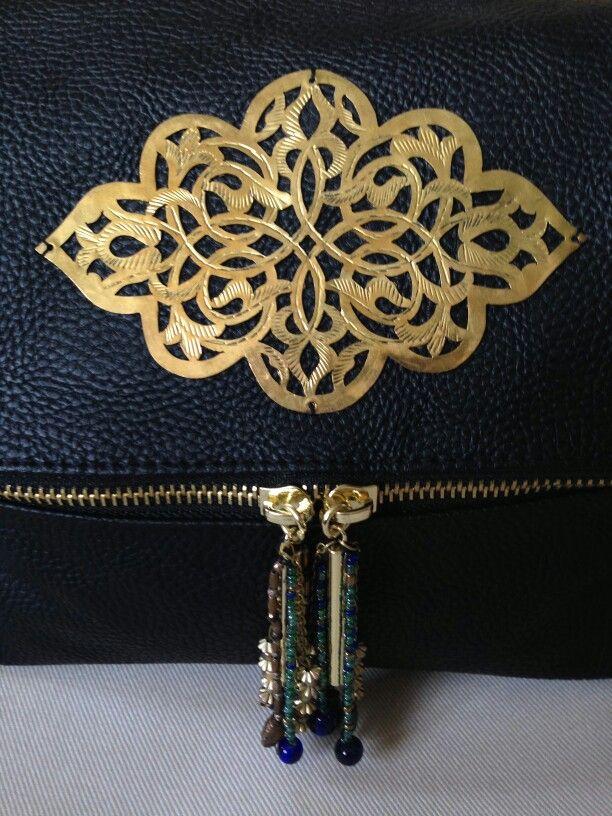 SillybagS '1001'. Bewerkt koper uit de medina van Fez en gouden, turkooizen en diepblauwe geregen kralen, op een bestaande tas.