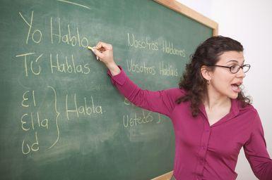 Profesora escribiendo en la pizarra - Jose Luis Pelaez Inc./Blend Images/Getty Images