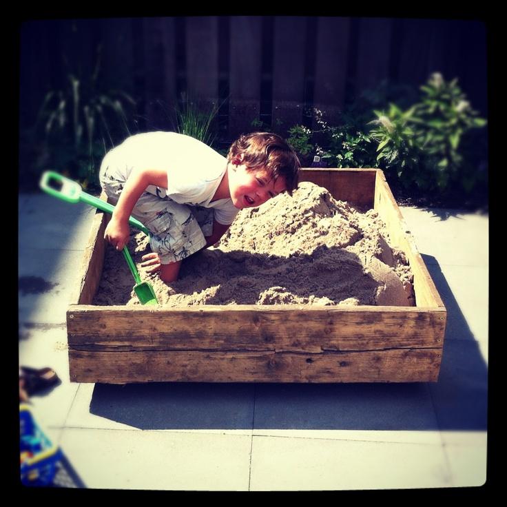 Zelfgemaakt zandbak op wielen van steigerhout sloophout / Portable sandbox