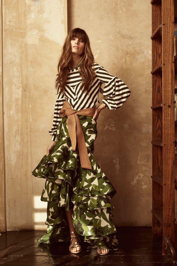Johanna Ortiz Resort 2018 En esta colección la diseñadora colombiana Johanna Ortiz colabora con la joyera Rebecca de Ravenel para confeccionar los pendientes para la colección Crucero 2018.  Colección Resort de Johanna Ortiz 2018 - es pura esencia latina.  #coleccion #crucero2018 #cruise2018 #resort #resor2018 #johannaortiz #moda #estilo #diseñador #diseño #collection #fashion #glamour #style #trendy #lookbook #fashionlover #fashionista #designer #design #details #inspiration