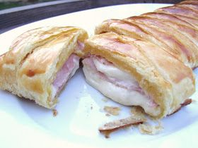 COOKING JULIA: FEUILLETÉ JAMBON FROMAGE - 1 pâte feuilletée 1 cuil. à soupe de moutarde mi-forte ou à l'ancienne 4 tranches de jambon 9 tranches de fromage fondu pour croque-monsieur 1 jaune d'œuf