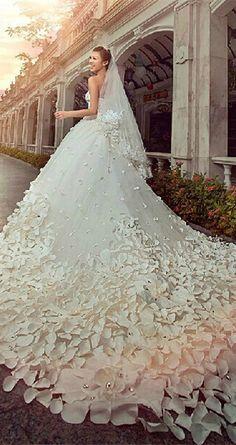 Excepcional vestido de novia con una cola larga y llamativa, parece salido de un cuento de hadas. #vestidodenovia #novia #matrimonio