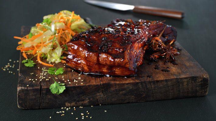 Deilig, klissete ribbe med masse smak!Saftig svinekjøtt, en glaze med asiatiske smaker, servert med friske grønnsaker!En utradisjonell variant, men minst like god som klassikeren. Herlig!