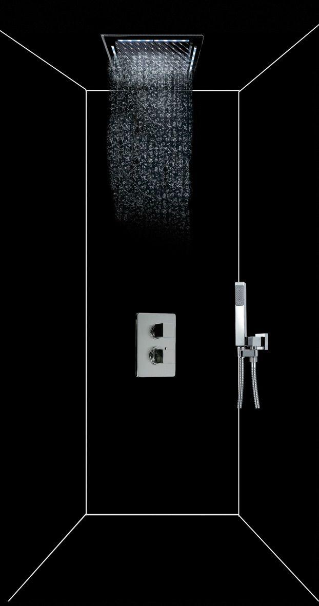 Douche noire avec une robinetterie claire pour trancher parfait pour constituer une salle de bain