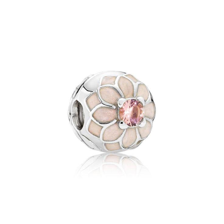 Questo charm in Argento Sterling 925 decorato con smalto color crema e cristalli rosa antico rappresenta una dalia in fiore dal look grazioso e sofisticato. Abbinalo ad altri charm di ispirazione floreale per creare il tuo giardino incantato