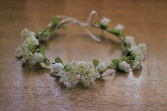 Coroas de flores artesanal de arame ajustável. Ela vem em caixa personalizada, aromatizada com óleos essenciais que se harmonizam com a criação e combinação das flores.    A combinação de rosas brancas, mosquitinho e pérolas pode ser usada em um momento especial seja fotos pré-wedding, seja um ev...