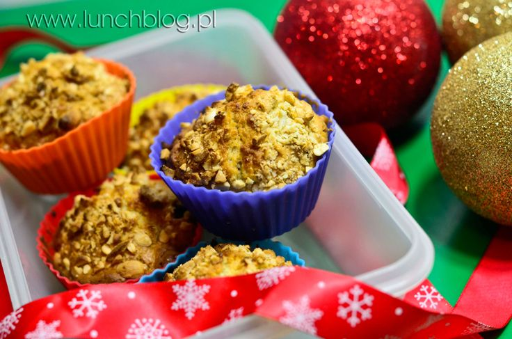 Muffins with oats, dried cranberries and cashews