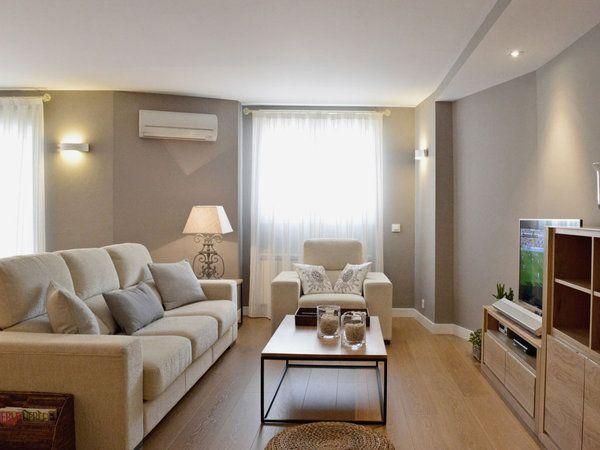 El salón, en tonos neutros, como el resto de la vivienda