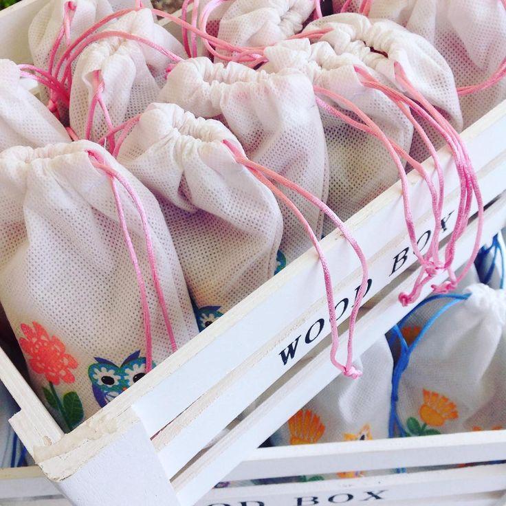 Bolsitas sorpresa para cumpleaños de niño  reutilizables ♻️ y  lindas, llenas de chocolate, calugas de leche, manjar y frutos secos. Con un mini juguete o accesorio dentro. La fiesta no sólo será inolvidable para tu pequeña, también para sus amiguitos. Hechas con cariño  #CateringForKids #birthdaygirl #surprises #sorpresas #cumpleaños #happybirthday #catering #banquetería #Curauma #Placilla #Valparaíso #curaumacatering #felizcumpleaños #BanqueteríaParaNiños