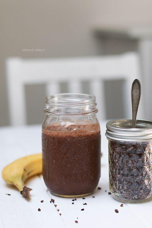 Der Kakao-Erdnuss-Smoothie Eine gefrorene Banane in kleinen Stücken, 200 Milliliter Wasser, ein Teelöffel Erdnussmus (ich nehme eines komplett ohne Zusätze, reine Erdnuss), ein Teelöffel Kakao, ein halber Teelöffel Kakao-Nibs – mixen, fertig!