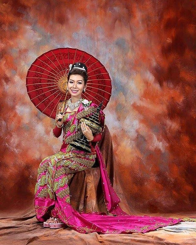 Burmese lady  #burma #lady #greatpic #preweddingphoto #prewedding #studio #traditional #style #stylefile #red #pathein #patheinumbrella #umbrella #memo #canon #instapic #instahappy #instawedding