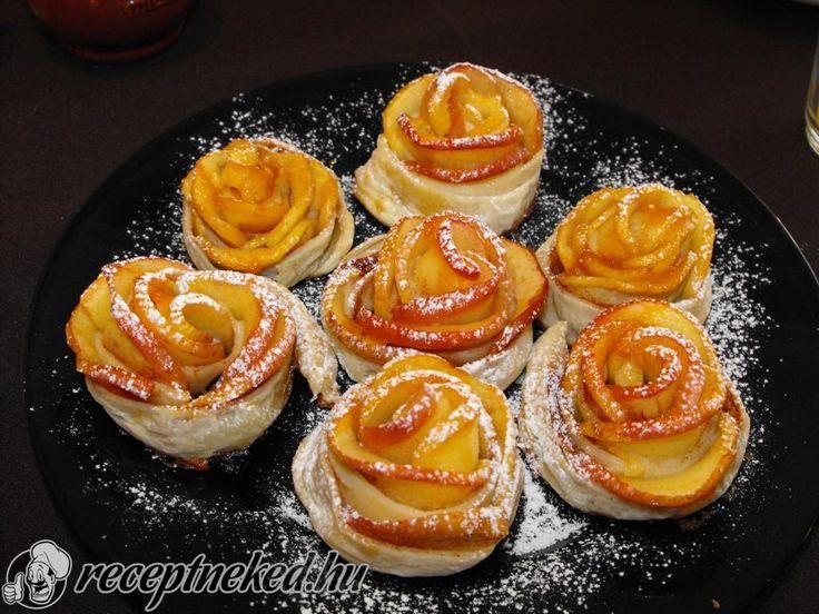 Hozzávalók: 1 cs leveles tészta 3 alma cukor őrölt fahéj fél citrom vaj lekvár Elkészítése: Az almákat félbevágjuk, kimagozzuk, majd felszeleteljük. Fél ci
