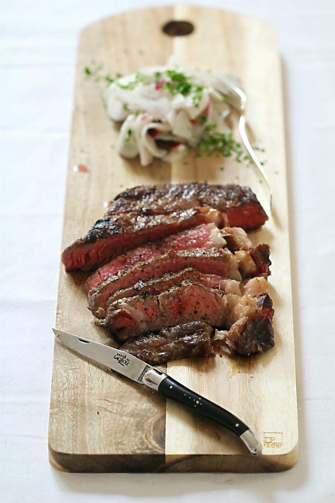 Steak (Rib Eye) und Salat mit Nirá aka Rettich (Radi) und Radieschen mit japanischem Schnittknoblauch | Arthurs Tochter kocht. von Astrid Paul