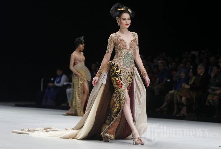 Kebaya Indonesia, Designed by Anne Avantie https://www.facebook.com/Krisna-WRDN-Photography-524542441040362/ https://www.instagram.com/krisnawrdn/ https://www.krisnawrdn.com