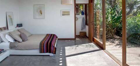 Casa em Búzios: pequena, toda aberta e ventilada. Ela tem 150 m² e parece casa de pescador. Publicada na revista Arquitetura & Construção
