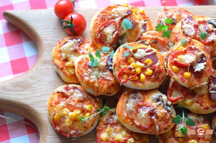 Mini+pizza+reprezinta+solutia+ideala+pentru+diferite+evenimente+cu+multi+participanti:+petreceri,+picnic,+gustari+pentru+excursie+sau+pachetel,+seri+alaturi+de+prieteni.  Faptul+ca+sunt+mici+le+confera+multe+calitati:+se+mananca+usor,+se+pota+f
