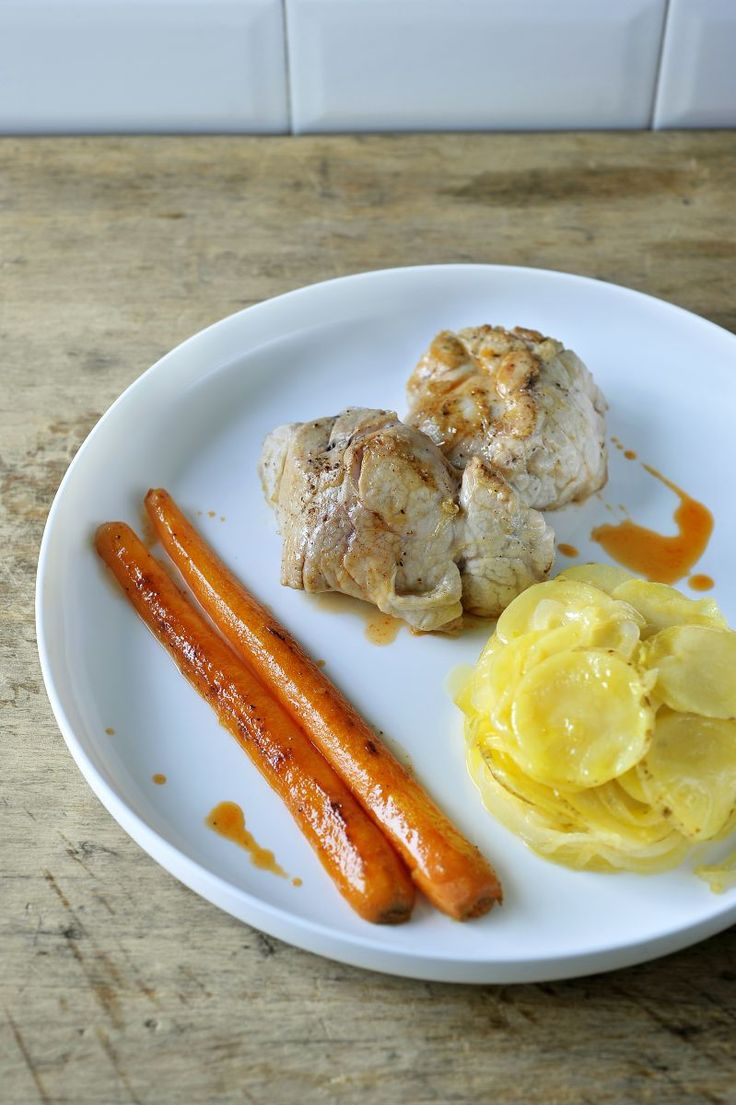 Kalfszwezeriken met wortels en aardappelschijfjes http://www.njam.tv/recepten/kalfszwezeriken-met-wortels-en-aardappelschijfjes