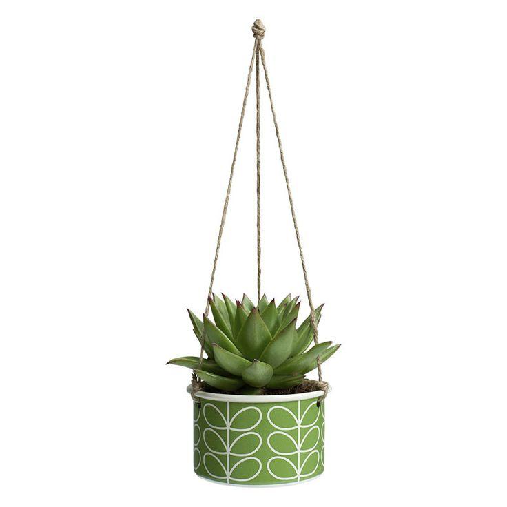 Entspannt abhängen..  ..will dieser Blumentopf in Deinen vier Wänden. Der Topf aus Emaille eignet sich perfekt für schöne Hängepflanzen wie den Frauenhaarfarn, Grünlilien, oder den Korallenkaktus. Du musst den Topf nur noch bepflanzen, die drei beiliegenden Schnüre durch die Löcher fädeln und einen geeigneten Ort für den hübschen Emaille-Topf finden - fertig. Der hübsche Topf mit dem Muster im Stil der 70er Jahre verbreitet in knall-grün richtig gute Laune.