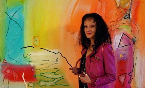 Taiteilija Soile Yli-Mäyry ei säästä tulevaisuuden varalle, vaan hän elää tässä ja nyt.