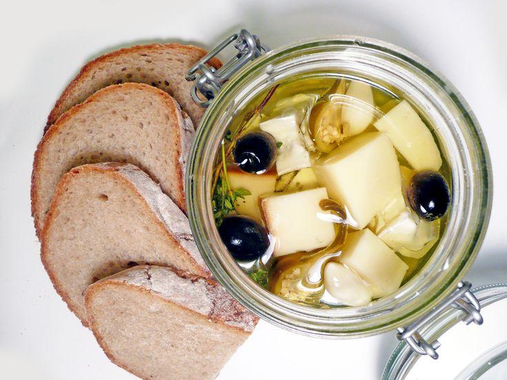 Variace nakládaných sýrů a klobásek s chilli papričkami.  #ukastanubranik http://www.ukastanu.cz/branik