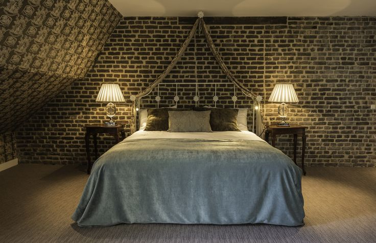 Luxe suite gelegen in Kasteel, voorzien van badkamer met bubbelbad en stoom/douchecabine voor 2 personen. Met authentiek bont bruingekleurd Frans behang en prachtig meubilair. De badkamer is modern en wit/zwart gekleurd. Het romantisch torentje biedt uitzicht voor 2 op de tuin.